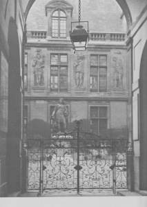 Hôtel Carnavalet, façade sur la cour, vue du portail d'entrée