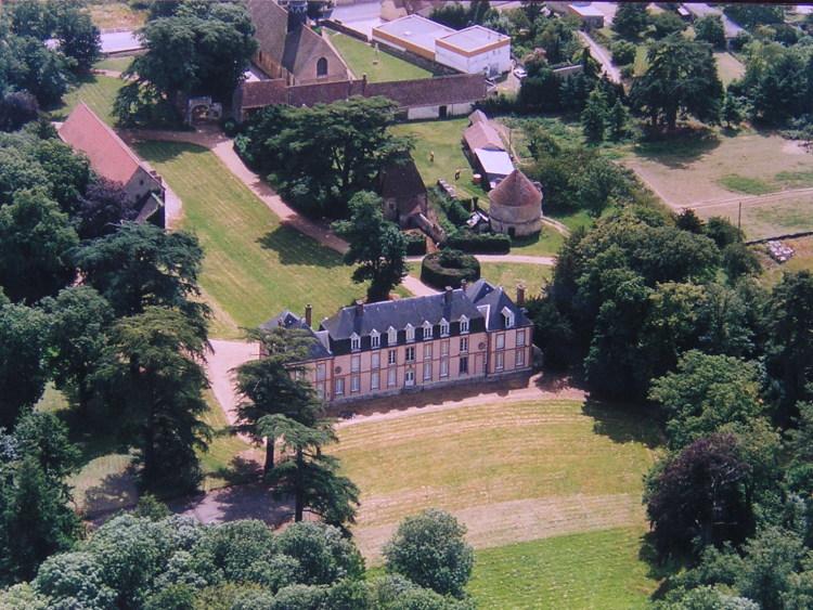 Vue aérienne du château de Fontaine-la-Guyon, copyright 2008 Ville de fontaine-la-Guyon, avec l'aimable autorisation du Maire
