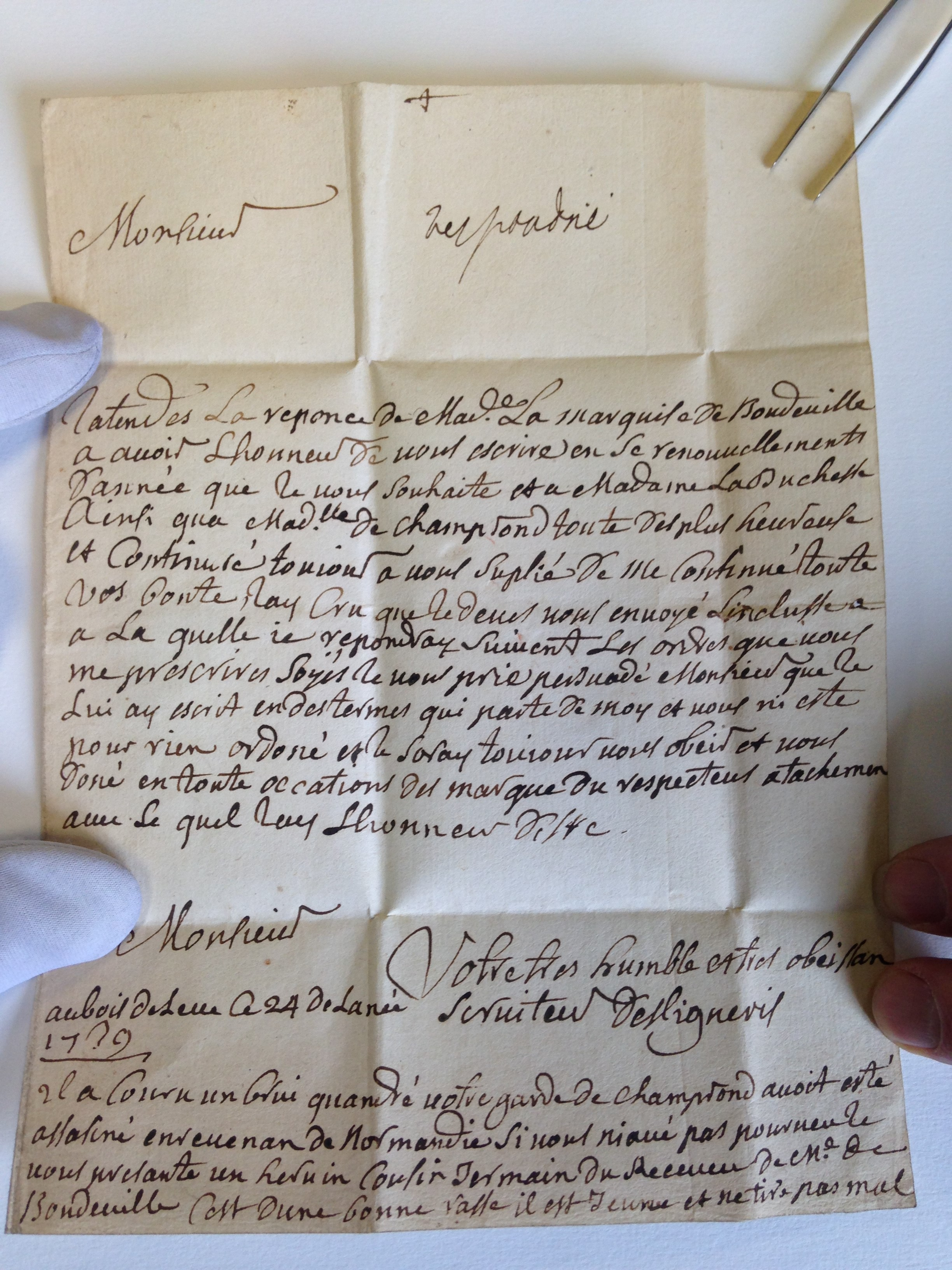 Lettre originale de 1739 au duc de Sully. Par aimable courtoisie de M. Ressort, propriétaire de la lettre et président du Cercle philatélique de Chartres.
